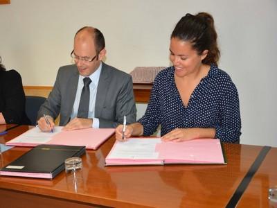 Signature de la convention de subvention par M. Florent Aydalot, Chargé d'affaires par intérim de l'ambassade de France et Mme Camille Delorme, Chef de mission au Tchad de Première Urgence Internationale