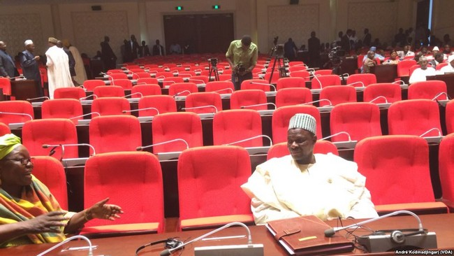 Au Tchad, 110 députés ont séché l'Assemblée ! Le Président Idriss Déby semble hésiter entre garder et virer le Premier ministre Pahimi Padacké Albert