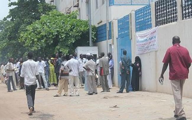 Au Tchad, le désespoir a poussé une centaine de jeunes chômeurs à brûler lundi leurs diplômes devant l'assemblée nationale