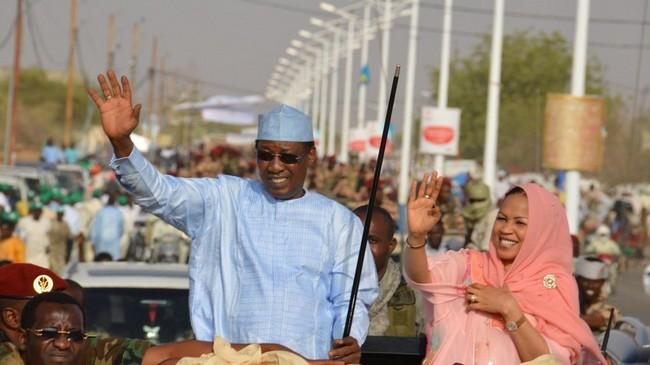 Au Tchad, le Président-Sultan Idriss Déby sommé par son clan de divorcer de la toute puissante Première Dame Hinda