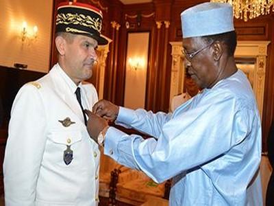 Tchad: le Président Idriss Déby décore le Commandant de l'opération Barkhane