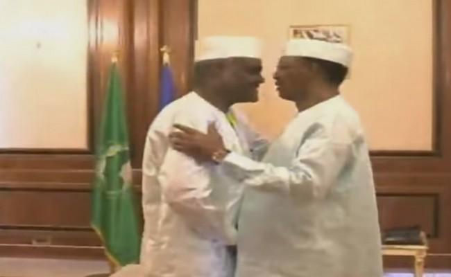 Tchad: une chaleureuse accolade entre Idriss Déby et Moussa Faki Mahamat pour mettre fin aux rumeurs
