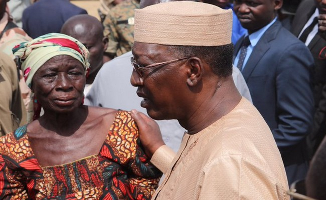 Le face-à-face entre Idriss Déby et une mère éplorée d'un des dix soldats tchadiens tués au Mali