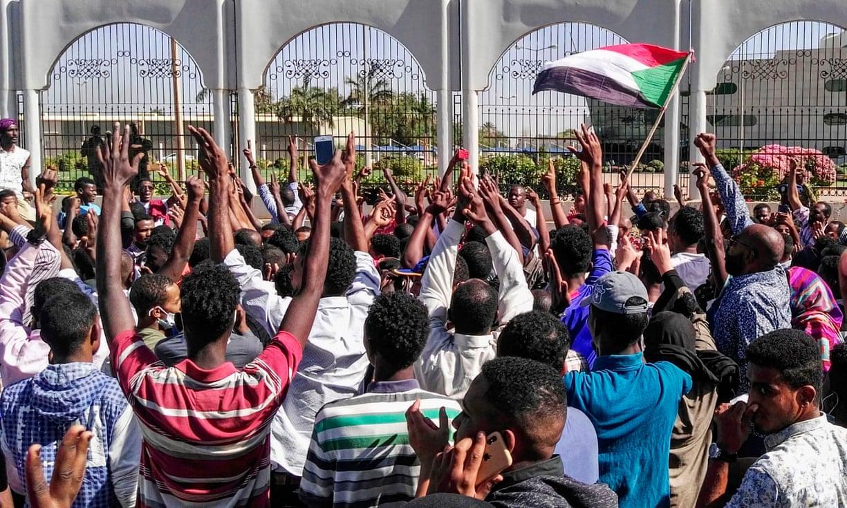 Pendant que les soudanais assiègent le Palais présidentiel à Khartoum, le comptable de la CNPS est abattu en passant devant le Palais rose à N'Djaména